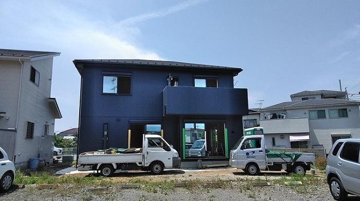 平塚市の現場です。足場が外れました。内部の大工工事もあと少しです。大工工事が完了すると、次は内装仕上げクロス工事になります。