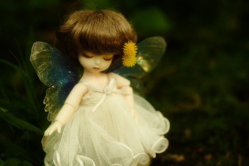 DOLL FACTORY・Baby Ariの小さな眠り目の子、Emma(エマ)。妖精の羽をまとって、夜の森のような草むらで。
