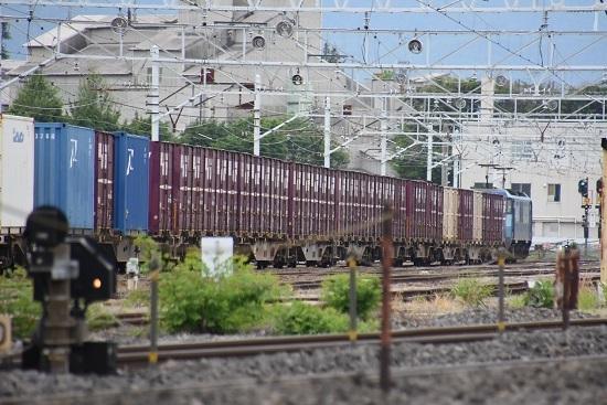信号が青に変わり発車する東線貨物2083レ