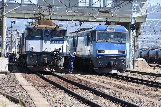 EF64-1042とEH200-8号機の並び