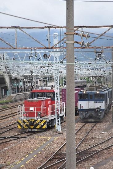 HD300-10号機とEF64-1038号機