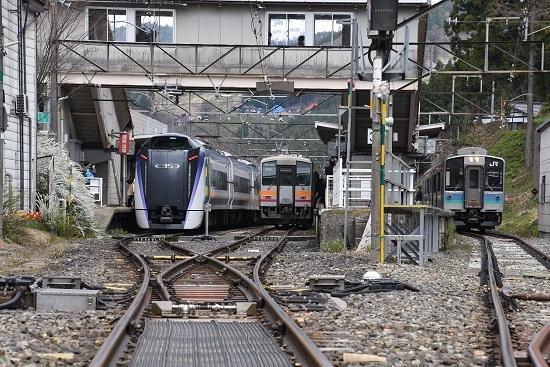 南小谷駅にて、E353系、キハ120、E127系の3並び