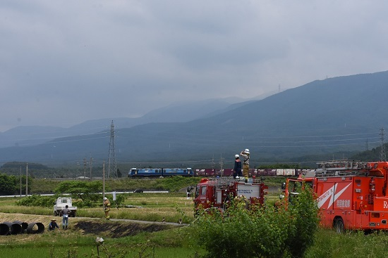 東線貨物2083レ EH200-21号機と消防車