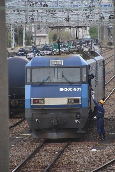 東線貨物2080レ機回し EH200-901号機 無線機を受け取る