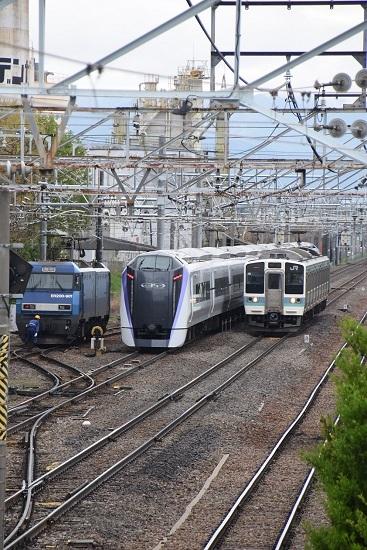 EH200-901号機とE353あずさと211系の並び