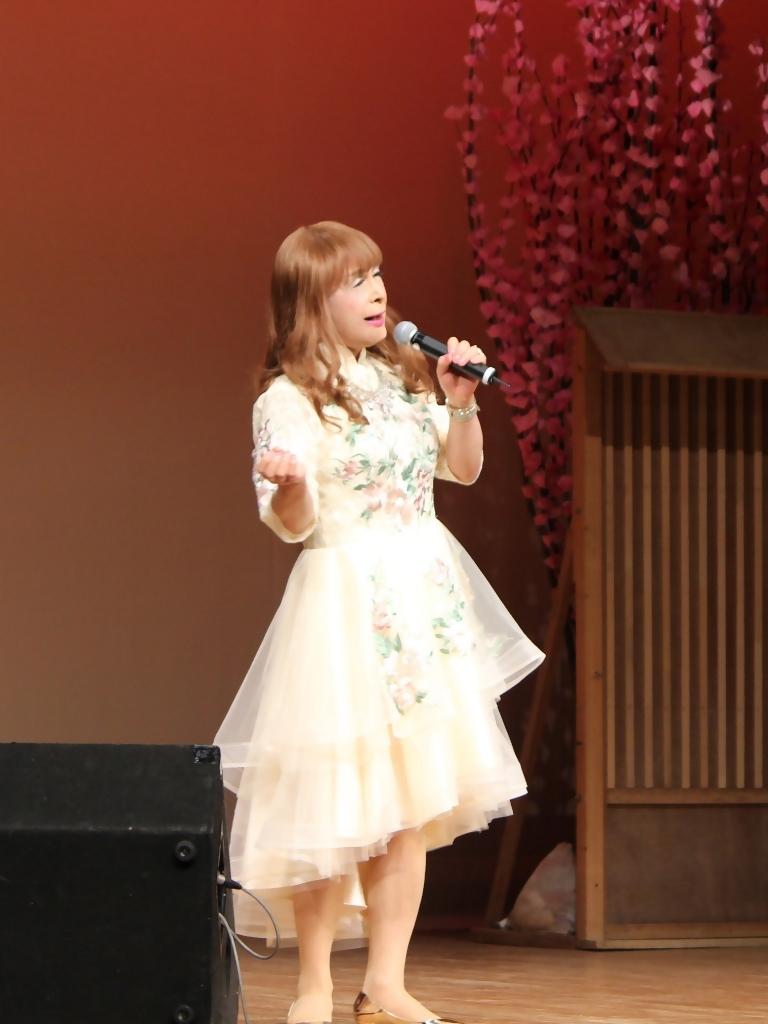 前開きクリームドレス舞台(1)