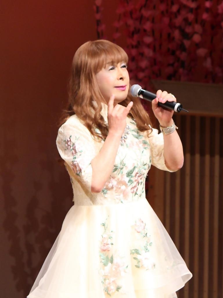 前開きクリームドレス舞台(2)