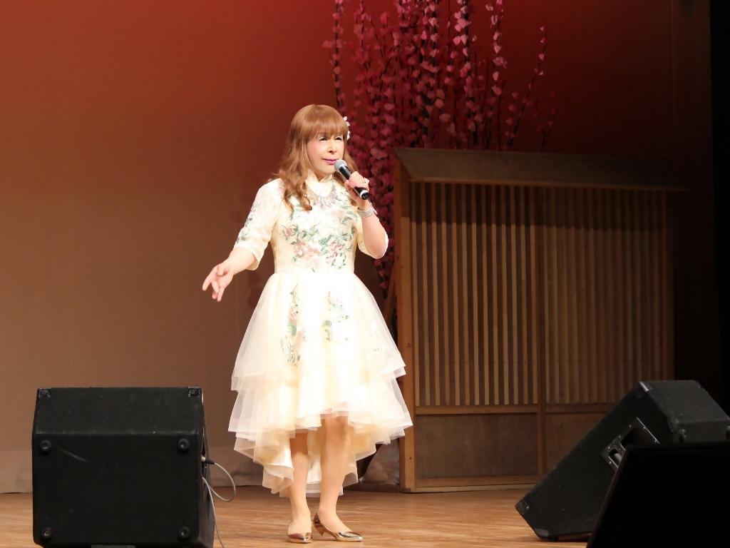 前開きクリームドレス舞台(3)