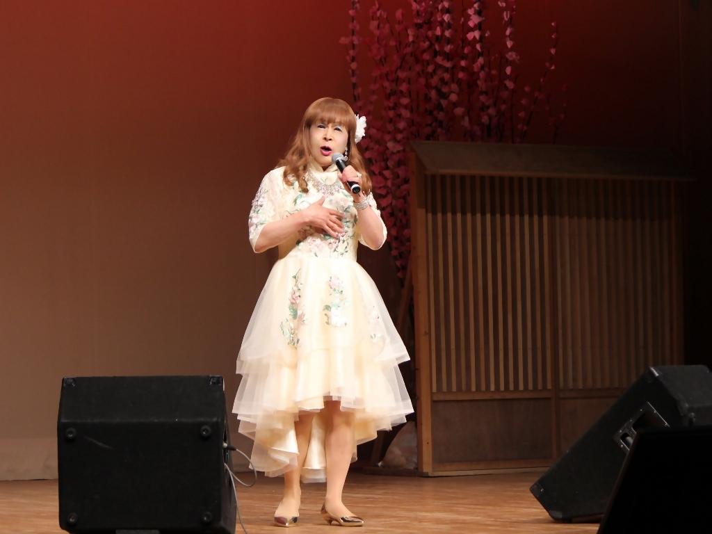 前開きクリームドレス舞台(4)