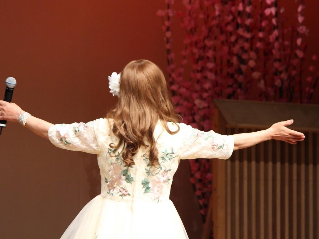前開きクリームドレス舞台(7)