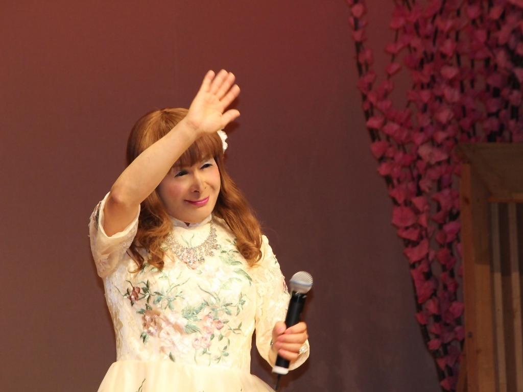 前開きクリームドレス舞台(8)