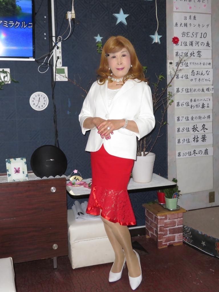 赤ペプラムスカート白ジャケットカラオケA(4)