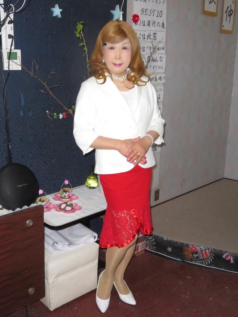 赤ペプラムスカート白ジャケットカラオケA(6)