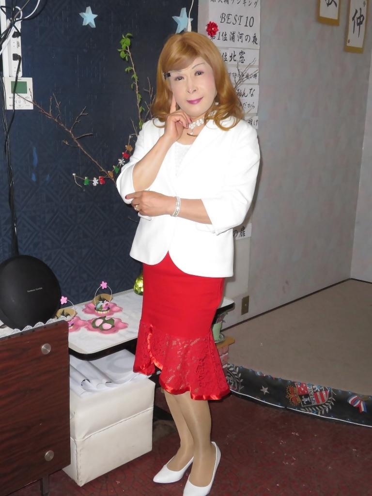 赤ペプラムスカート白ジャケットカラオケA(8)