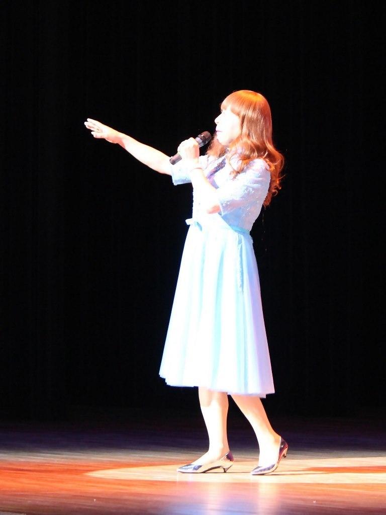 ブルーショートドレス舞台写真(1)