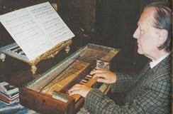所蔵の卓上フォルテピアノを弾くデムス