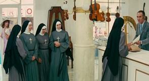 ロシュフォールの恋人たち 尼僧が「アヴェ・マリア」の楽譜を買いにダンの楽器屋に来店する