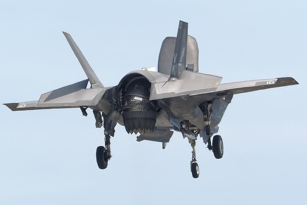 ホバリングするF-35B