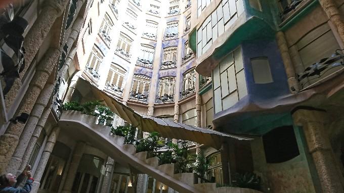 建物の内側の空間から見上げる