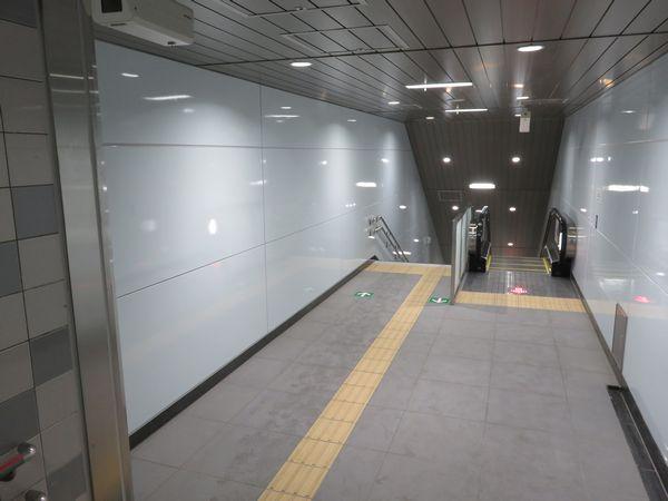 A3改めA3a出口の踊り場。トンネル掘削のため取り壊されていた階段とエスカレータが復元された。