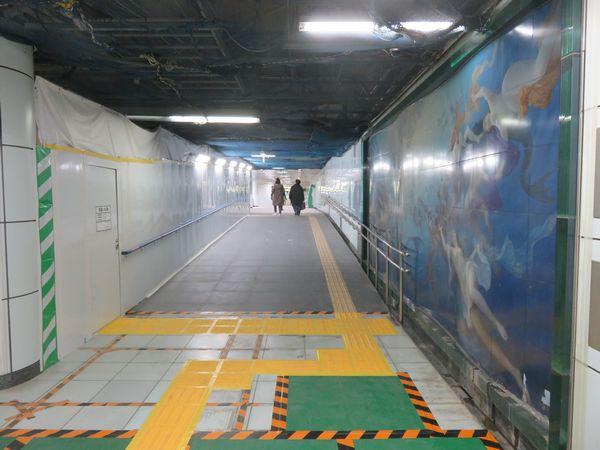 コンコース同士を結ぶ通路は床が高いためスロープがある。