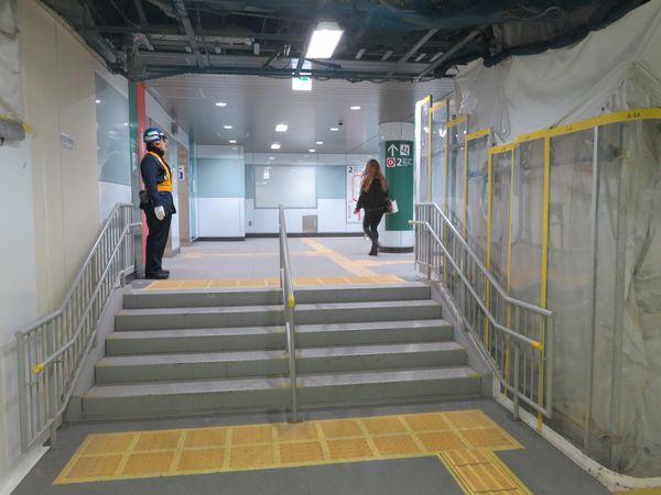 トイレの前を左に曲がると既存ホームへ下りる階段。床の高さが違うため間に階段がある。