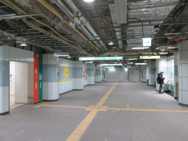 左のトイレは新しく掘削されたトンネル内に位置している。