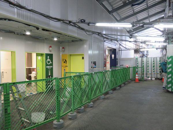 2月下旬に使用を開始した新しいトイレ。右奥は心ホームへ通じる階段。