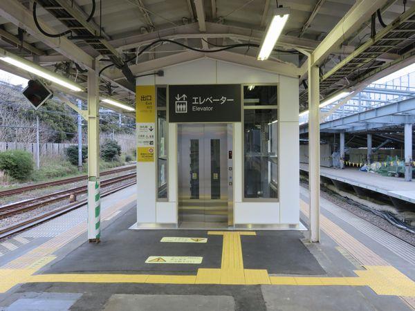 新宿寄りのホーム端にあるエレベータは大型化された。