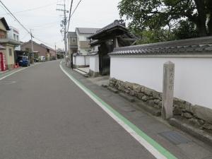 坂本城/12二の丸堀跡とされる道路.jpg