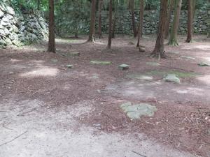 安土城/35本丸礎石.jpg