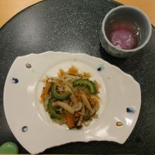 19:06 野菜炒めと まんじゅう風のもの