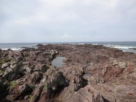 8:45 灯台下の長崎鼻の海岸