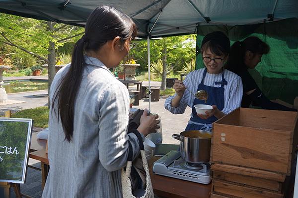 イギリスご飯を販売する「遊穂」さんと、ドリンクを販売するテント