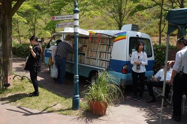 玉野市立図書館から、移動図書館「めばる号」も参加♪