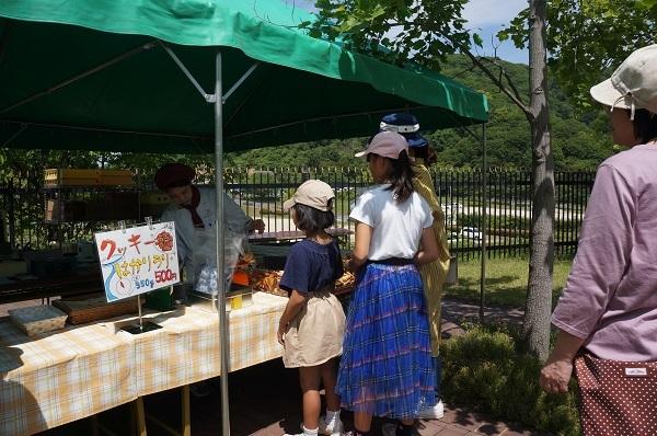 玉野市宇野の「なかや宗義」さんのブースの美味しいクッキーの量り売りは大人気!