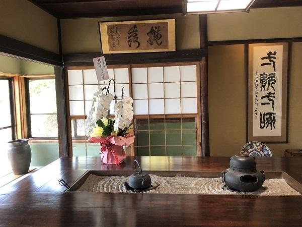 大きな長方形の囲炉裏には茶釜と鉄瓶が飾られていました☆