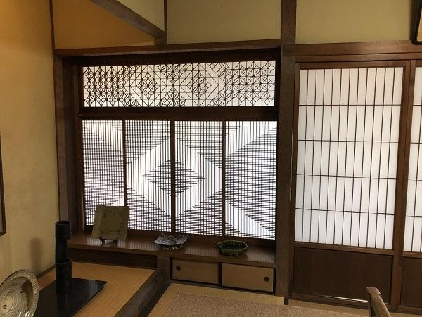 離れの座敷の書院造には珍しい飾り障子がはまっています。