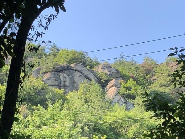 大黒岩と恵比寿岩と名付けられた山腹の巨岩