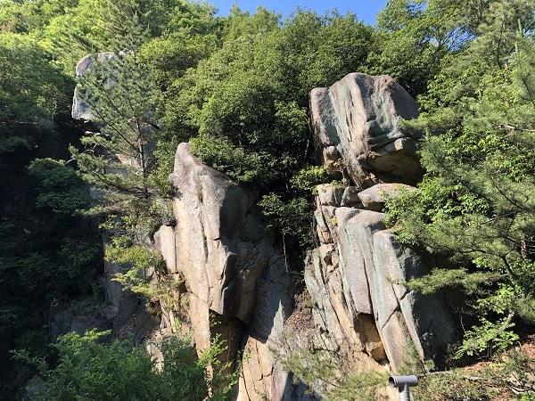 蒼穹珈琲から陰陽の岩を望む