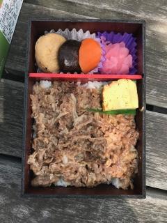 オリーブ牛肉弁当_02