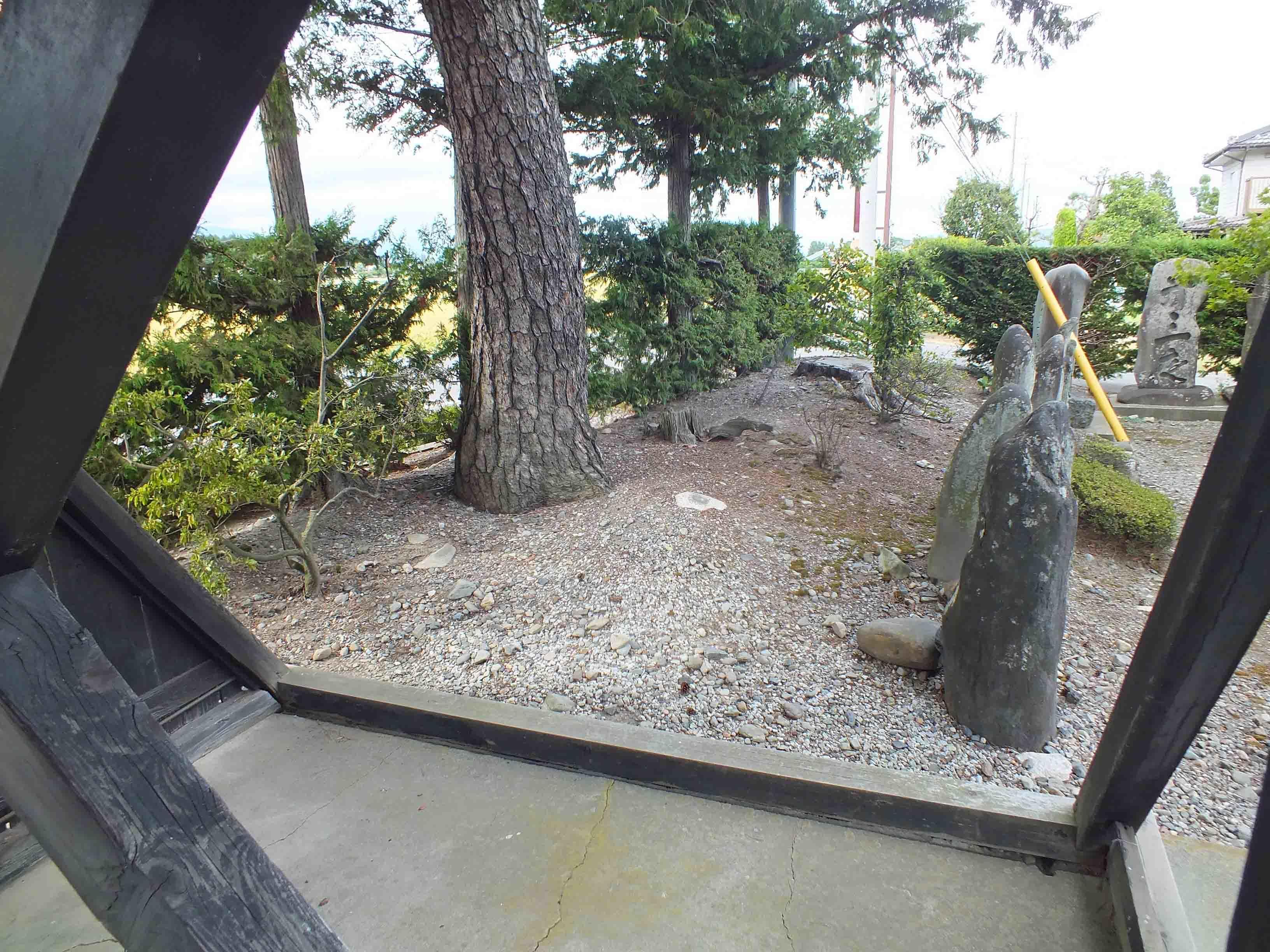 DSCF5508瑠璃光寺 土塁か 山門脇