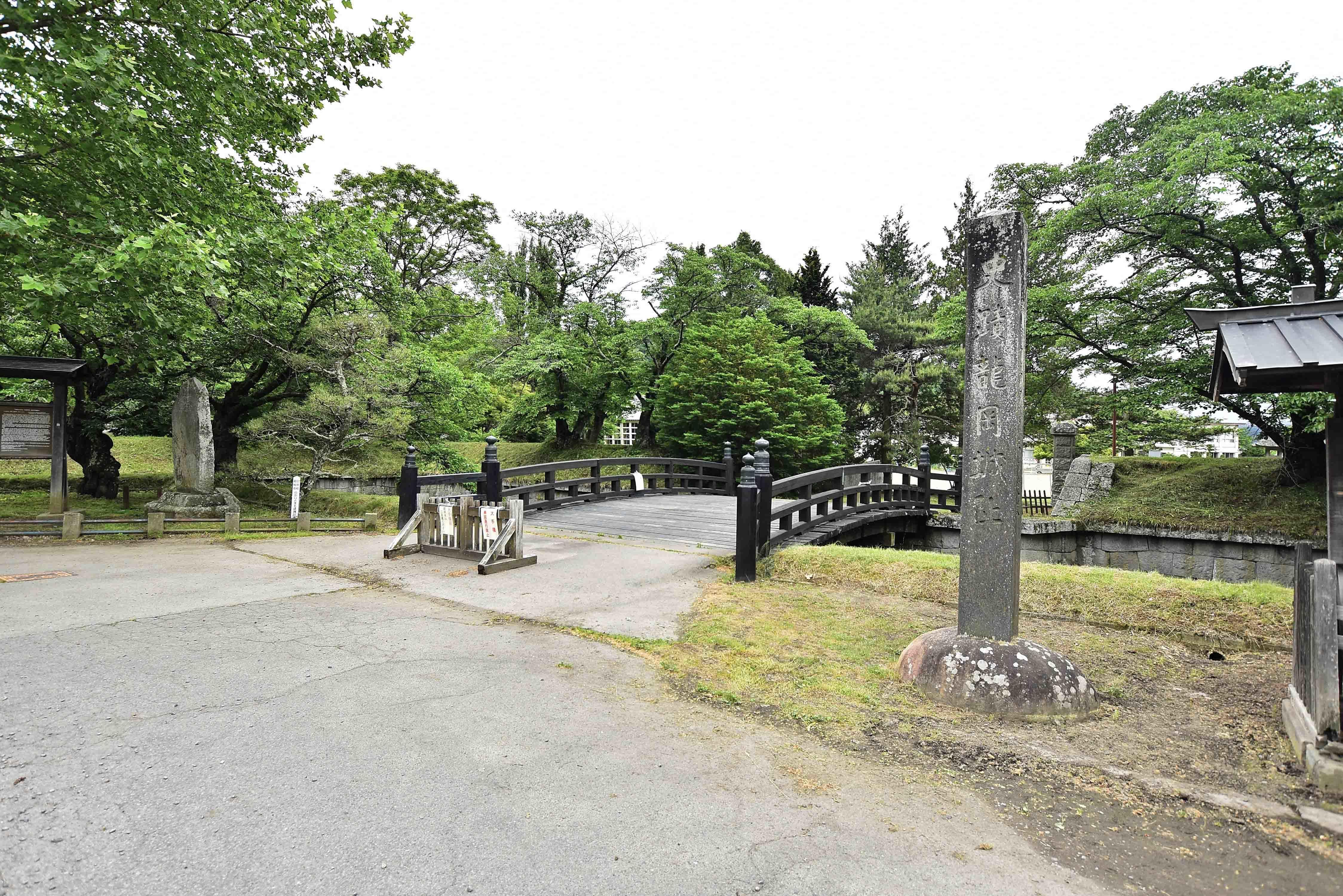 大手橋と城址碑