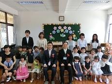 幼稚園部の入園式の記念撮影です。全員が前を向くことはとっても難しい!