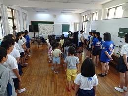 6年生が1年生に校歌を教えています
