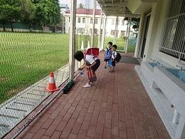 ゴーヤに水やりをする4年生