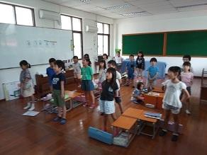 校歌を歌う2年生