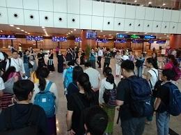 yンゴン空港で保護者の見送り