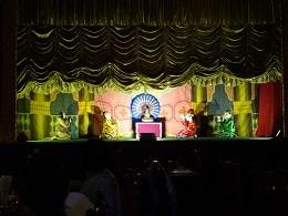 ミャンマー伝統の人形劇をを見ながら