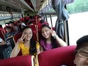 バスの中で満面の笑顔
